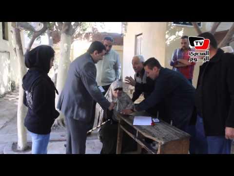 الانتخابات البرلمانية| «قاضي يستقبل مسنة خارج اللجنة لصعوبة صعودها للتصويت»