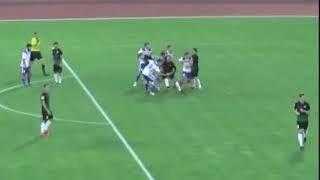 Удар по ногам футболисту