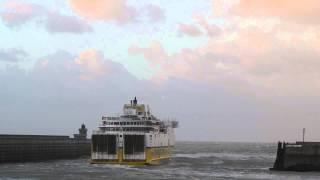 preview picture of video 'Le ferry DFDS Côte d'Albâtre quitte Dieppe par gros coup de vent'