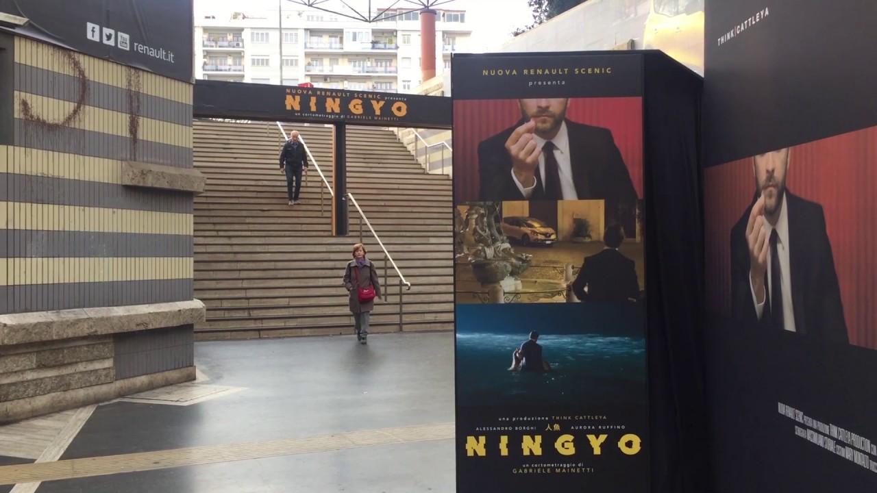 Un temporary cinema alla stazione metro