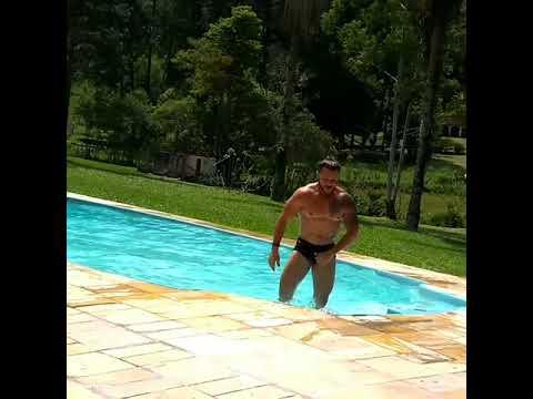 Marcio Muralha sai da Piscina quase Nu
