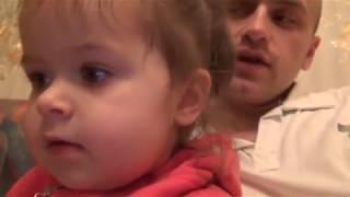 УЛЕТНОЕ ВИДЕО Папа учит маленькую девочку говорить. Смотрите до конца.