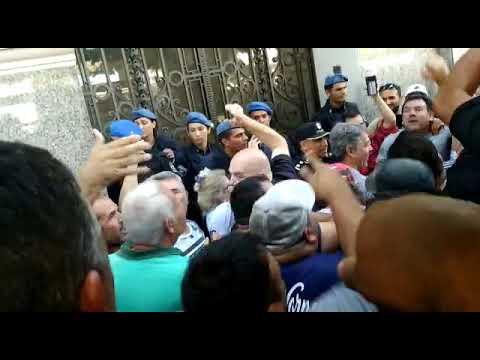 Videos. Tensión en la protesta de taxistas contra oficinas de UBER en el centro