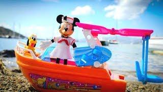 Видео для девочек на пляже - Минни катается на Яхте - Песочница