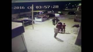 Смотреть онлайн Парень расстрелял другого из автомата возле бара