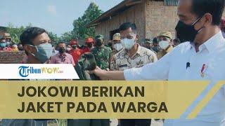 Momen Jokowi Tiba-tiba Berikan Jaket pada Warga yang Bajunya Basah karena Keringat