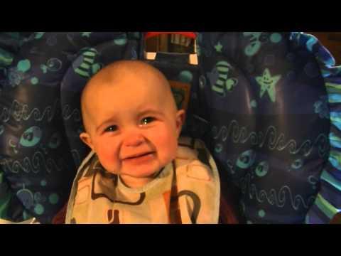 Bé 10 tháng tuổi òa khóc khi nghe mama hát. Công nhận mama nó hát hay thiệt