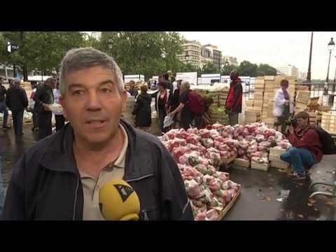La place de la Bastille à Paris transformée en un gigantesque marché Le Mouvement de défense des exploitants familiaux (Modef) a organisé une vente de fruits place de la Bastille et en banlieue. Cette année, le syndicat paysan dénonce aussi l'importation de produits traités avec des pesticides, interdits en France.