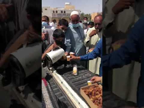 فيديو.. طفل يقدم القهوة والتمر للمصلين بعد خروجهم من صلاة الجمعة بالقصيم