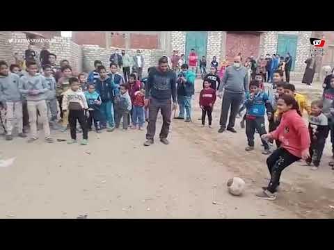 نائب محافظ الجيزة تلعب كرة القدم مع أهالي قرية الجزيرة بالصف