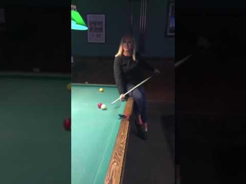 הבחורה הזו משחקת סנוקר ומכבה את האור בו זמנית