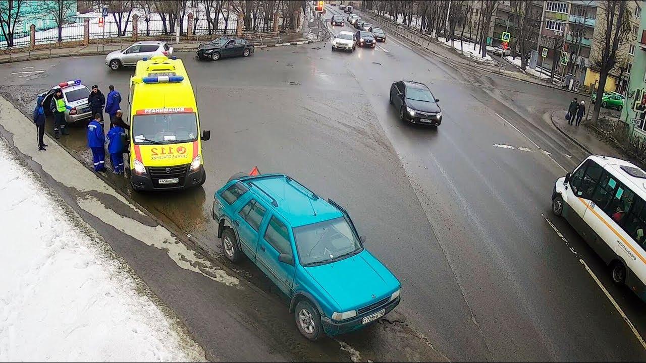 Чёрный BMW  рванул на красный на перекрёстке в Серпухове