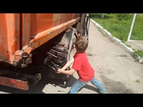 Мальчик 8-ми лет управляет гидравликой мусоровоза. mp3 yukle - mp3.DINAMIK.az