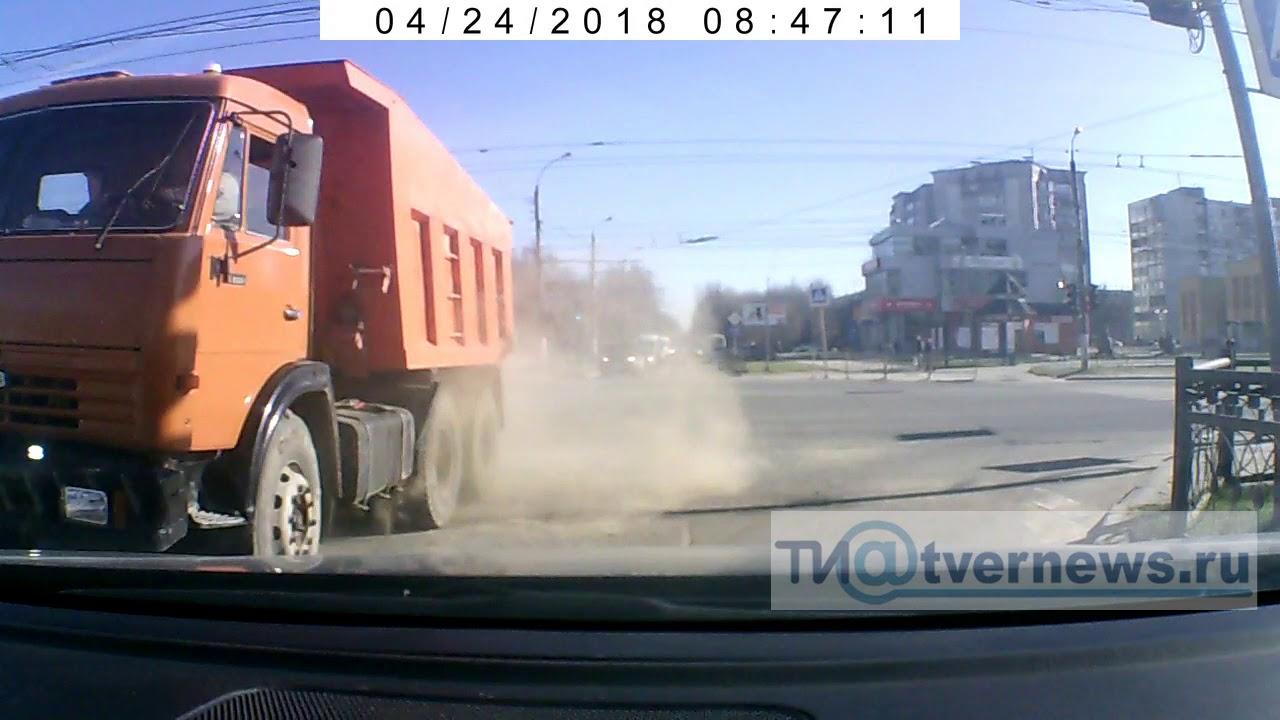 """Автобус врезался в """"Камаз"""" на перекрёстке в Твери"""