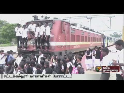 Puducherry-students-stage-road-roko-against-attack-of-Tamils-in-Karnataka