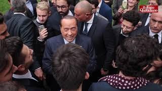 """La battuta greve di Berlusconi alla giovane farmacista: """"Metti le supposte a tutti"""""""
