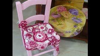 Customização de cadeira com detalhes em crochê.