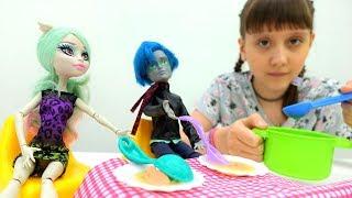 #МонстрХай (monster high). Видео для девочек: кукла Монстр Хай Рошель готовит суп для Гаррота