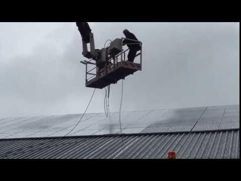 Reinigen zonnepanelen op een bedrijfsloods in Zeewolde