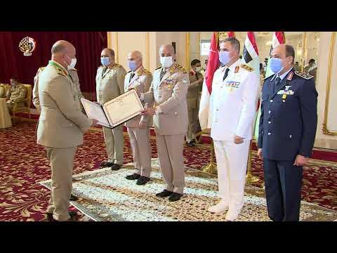 وزير الدفاع المصري يكرم سيدة القطار