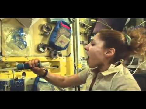 Bebiendo agua en el espacio