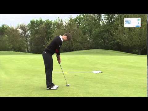 Golfregel 17-3 Ball trifft Flaggenstock