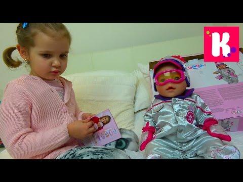 Катя и её новая кукла с лыжной одеждой