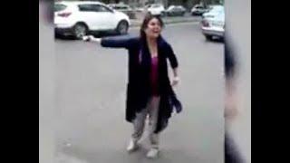 یک زن ایرانی در رشت عمامه آخوند را به زمین پرت کرد