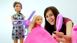 Barbie muñecas en salón de belleza. Vídeo para niños.