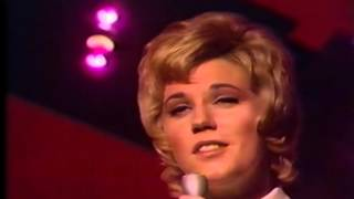 "Anne Murray Sings ""Christmas Wishes"""