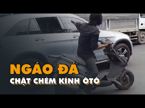Скутерист с мачете рубит зеркала у автомобилей