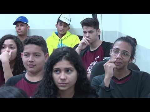 Estudantes participam de visita guiada na ALMT