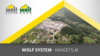 Entdecken Sie das Betriebsgelände von WOLF Systembau in Scharnstein. Geschäftsführer Thomas Stadler erzählt etwas über die Entstehung von Fertighäusern, landwirtschaftliche Gebäuden, Schallungen für Rundbehälter und Nagelplatten, sowie Gewerbe- und Industriebauten.