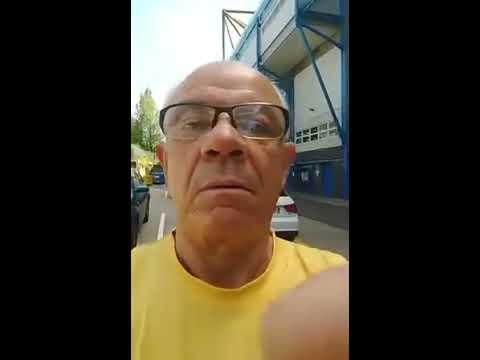 Mãe da Fome diretamente de Londres em frente ao Estádio do Chelsea