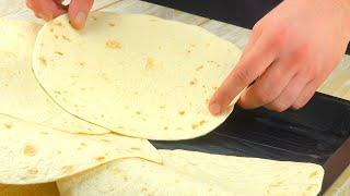 Выкладываем противень лепешками тортилья. Этот потрясающий пирог запомнят все!