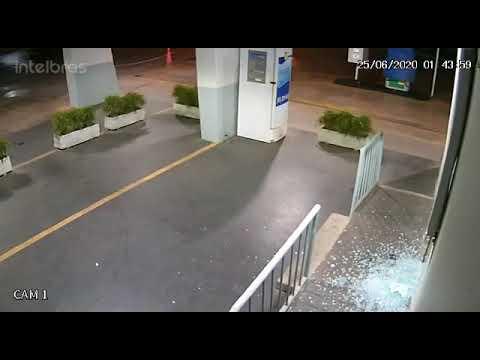 Ladrão usa tampa de bueiro e invade loja