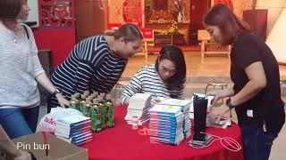 Mỹ Tâm Ký Tặng Sách Lì Xì Cho Fans Xuân 2018 | Fancam Cận Cảnh
