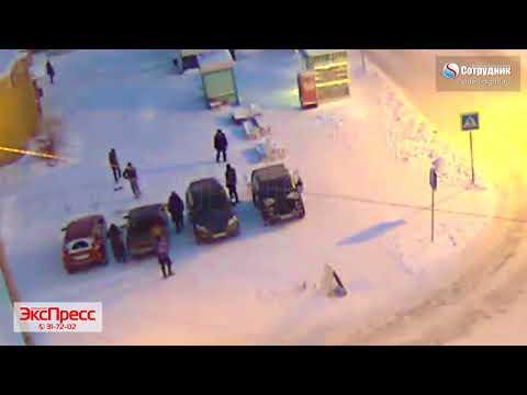 Мужик с топором стал бить автомобили в Бийске