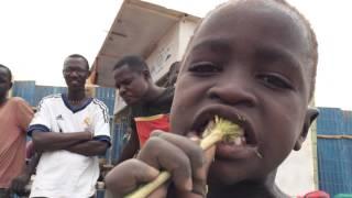preview picture of video 'Ésto, es Turkana. Así, se lavan los dientes los niños Turkana'