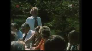 """""""Zmowa""""-W wigilijną noc 1976 roku, w niewielkiej wsi autobus potrąca młode małżeństwo i trzynastoletniego chłopca. Na oczach trzydziestu osób ofiary zostają dobite i ponownie przejechane tak, by wszystko wyglądało na …"""