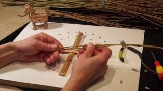 Плетение круглого донышка из лозы в замедленном действии