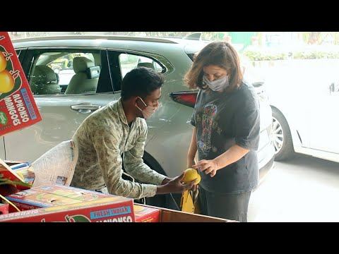 Indian choreographer Farah Khan desi bargaining with mangoes seller