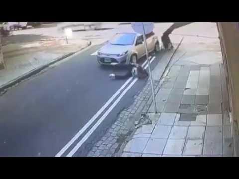 爸爸媽媽過馬路一定要放下手機