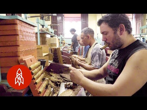 Entertaining Cuban Cigar Factory Workers with Stories