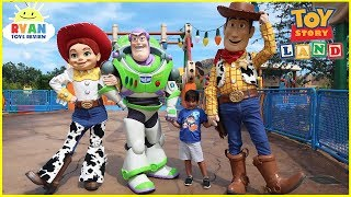 TOY STORY LAND Slinky Dog Dash Ride and Alien Swirling Saucers at Disney World with Ryan ToysReview!