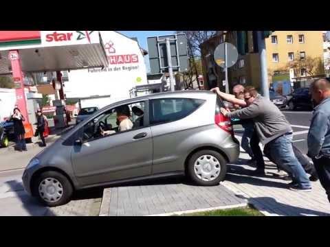 Auto über Bordsteinkante