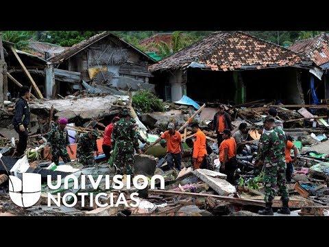 Equipos de emergencia buscan sobrevivientes entre los escombros del devastador tsunami en Indonesia