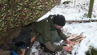 雪の中でのキャンプ料理を調理する肉、麺、きのこソース[森林浴]