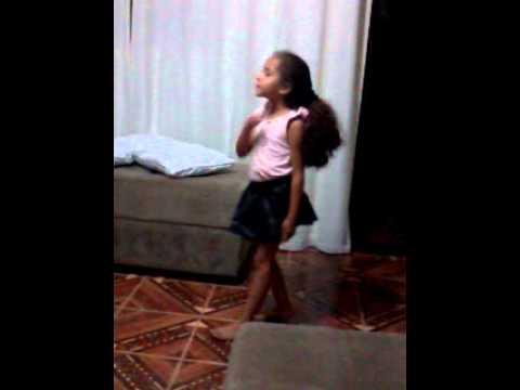 Amanda 4 Anos dançando Mc Anitta   Menina Má