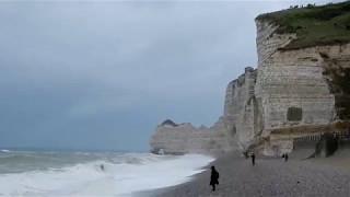 Stürmischer Atlantik in Étretat – Normandie Frankreich
